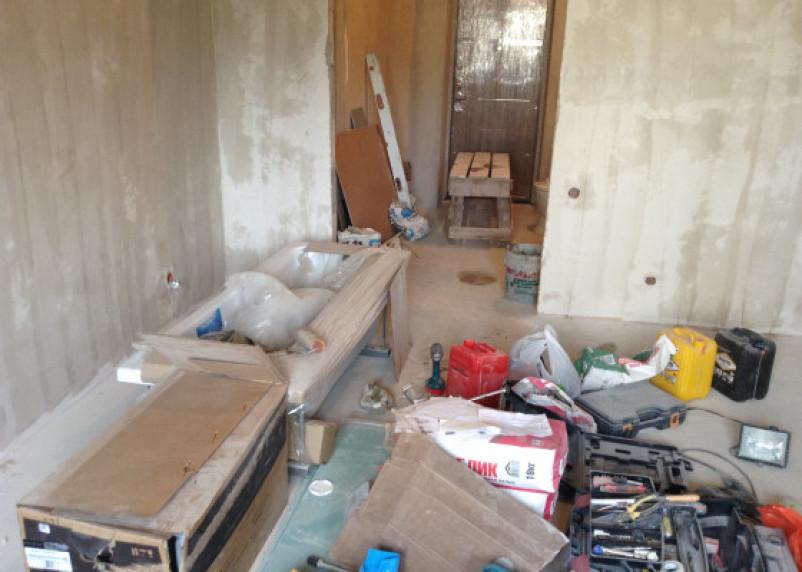 Строитель во время ремонта в доме нашел тайник с деньгами