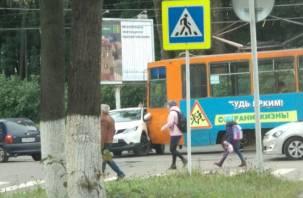 В Смоленске трамвай 222 протаранил очередной автомобиль