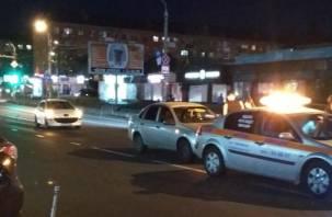 В Смоленске улицу Нахимова не поделили Пежо и Гранта