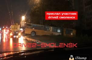«Даже троллейбусы валят боком». «Рогатый» вылетел на обочину и чуть не протаранил дом в Смоленске