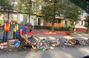 «Новое имя-новый уровень». В Смоленске мусоровоз растерял груз по дороге