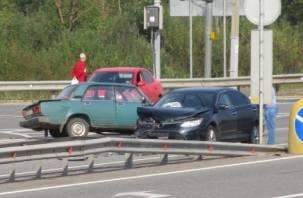 На трассе в Ярцевском районе столкнулись две машины, пострадал пенсионер