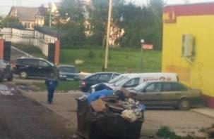 Смоляне жалуются на магазин, устроивший свалку мусора на тротуаре