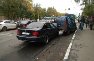 Неадекватный смолянин протаранил припаркованный автомобиль в Твери