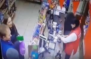 «Бессовестные». На видео попала молодая пара, якобы не оплатившая вино в смоленском магазине