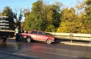 Влетел в отбойник. В Смоленске мост на улице Дзержинского заблокировала авария