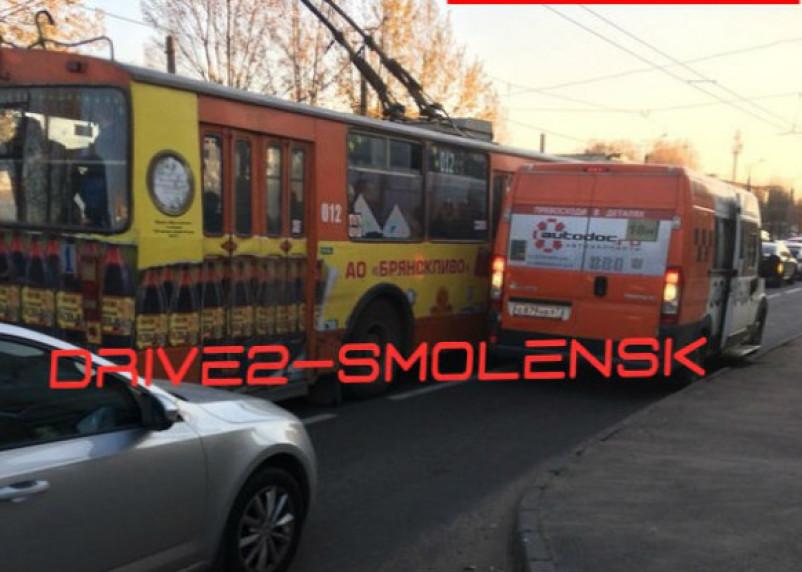 «Троллейбус прижал маршрутку». В Смоленске не поделил дорогу общественный транспорт
