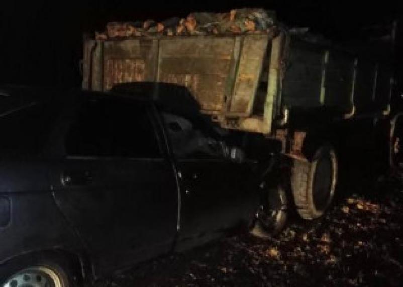 На трассе М-1 в Смоленской области водитель легковушки врезался в грузовик