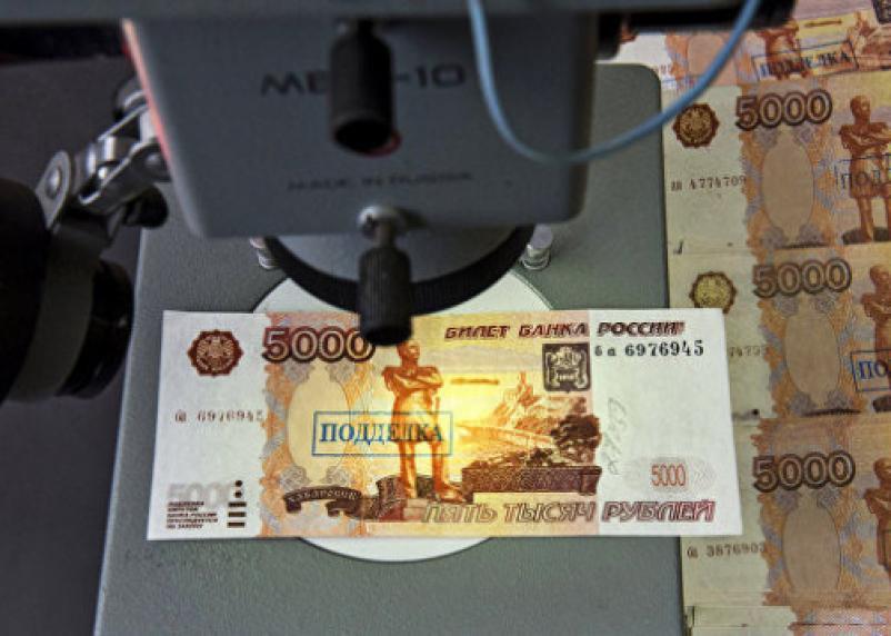 Водители расплатились фальшивыми купюрами на смоленской АЗС