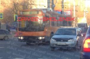 В Смоленске легковушка «влетела» в троллейбус