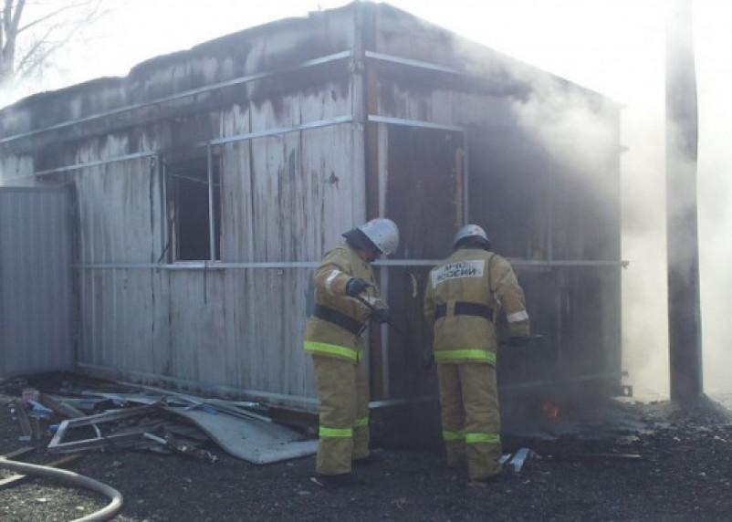 В Смоленской области в горящей бытовке едва не погиб человек