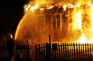 Загорелся утром. В Смоленской области огонь охватил частный дом