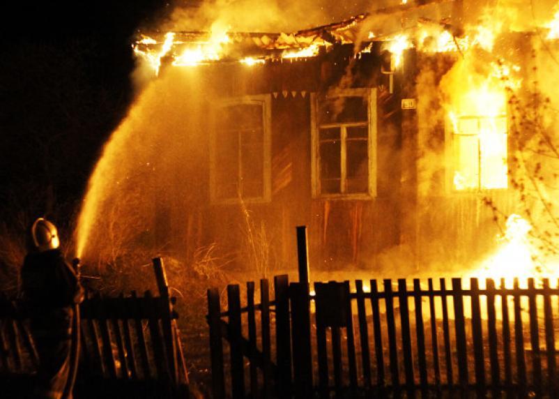 Смолянин хотел погреться и случайно сжег чужой дом