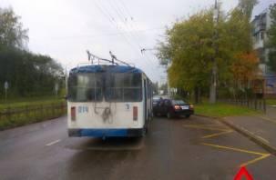 В Смоленске троллейбус попал в аварию