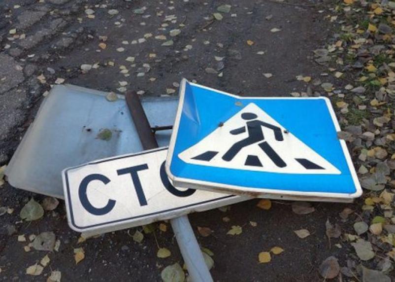 Смоленские воры «вырвали» дорожные знаки вместе с металлическими опорами