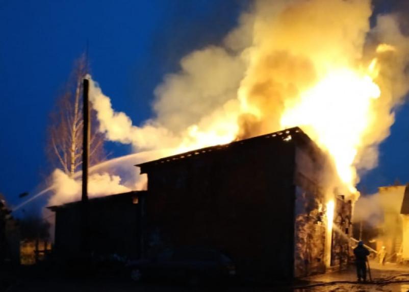 Сгорели все пиломатериалы. В Рудне тушили крупный пожар