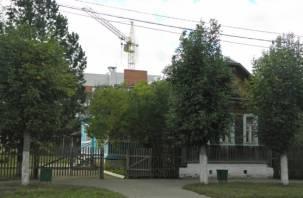 «Всё съела». Новостройка подпёрла дом Гагариных в Смоленской области