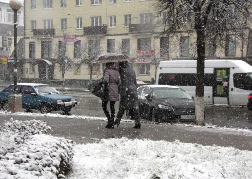 Гололедица и снежные заносы. Зима не отступает в Смоленской области