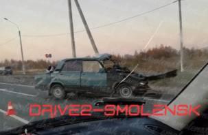 В Смоленске на окружной в ДТП зажало водителя и пассажирку. Сотрудники МЧС их вырезают из машины