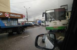 «Колхозка колом». Авария парализовала движение транспорта в Заднепровье