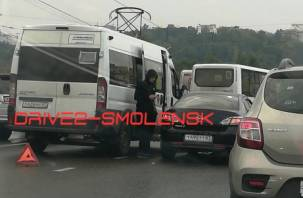 В Смоленске на Пятницком путепроводе столкнулись автомобиль и маршрутка