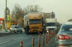 В Смоленске перекрыта дорога из-за аварии с грузовиком