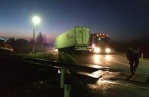 Подробности аварии на ж/д переезде. При столкновении фуры и поезда погиб водитель