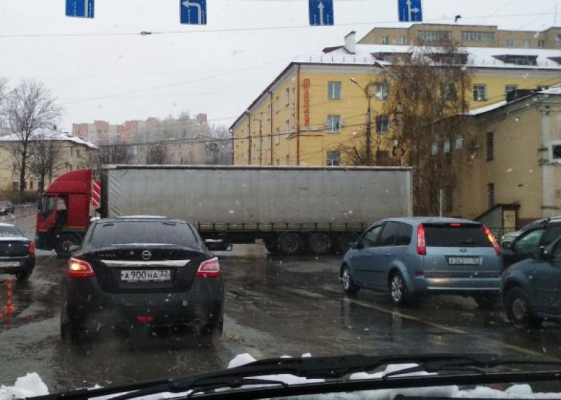 «Огромная пробка». Озябшая фура парализовала движение в Заднепровье