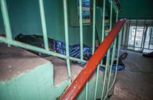 В Смоленске жильцы обнаружили в подъезде труп мужчины