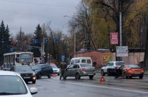 В Смоленске на Фрунзе массовое ДТП остановило движение трамваев