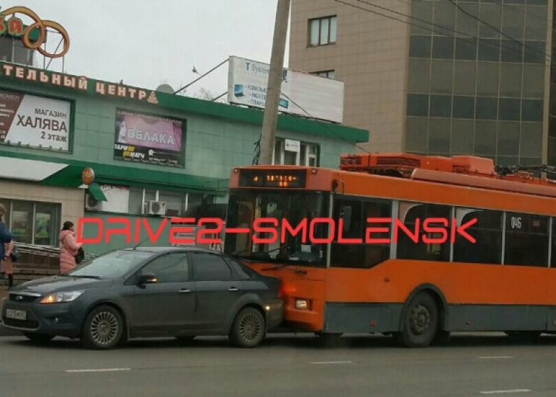 В Смоленске троллейбус подбил иномарку