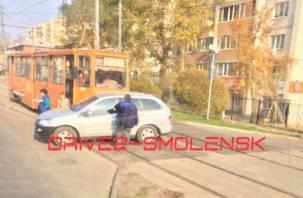 Еще один автомобиль попал под трамвай в Смоленске