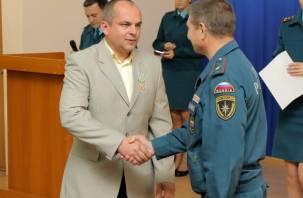 Смоленского героя наградили медалью МЧС России за спасения тонущих детей