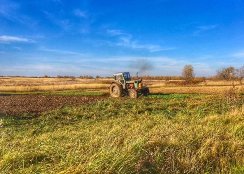 В Холм-Жирковском районе пьяный тракторист гонял без прав