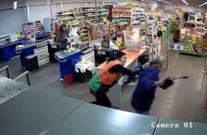 Ярцевчанин ограбил магазин, отшвырнул кассиршу и убежал