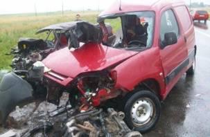 На трассе М-1 в Смоленском районе внедорожник протаранил разворачивающийся грузовик