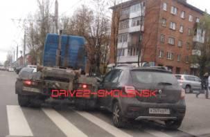 В Смоленске на Николаева грузовик притёр внедорожник