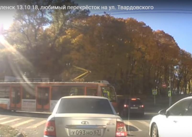 Момент тарана трамваем иномарки в Смоленске попал на видео