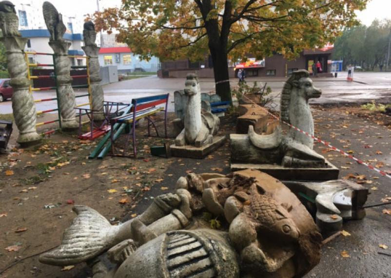 В центре Ярцева сносят детскую площадку