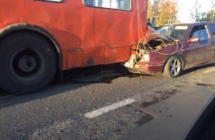 Жесткая авария возле ТРЦ «Макси»: машина врезалась в троллейбус