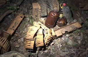 В Смоленской области обнаружен большой схрон оружия. В Сети появилось видео