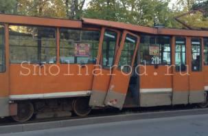 В Смоленске внедорожник протаранил трамвай. Улица Багратиона стала в пробке