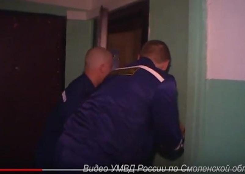 В Смоленской области наркопритон пришлось взламывать. Оперативное видео попало в Сеть