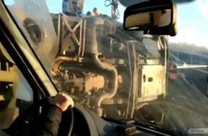 На видео попали последствия жесткой аварии с лесовозом на смоленской трассе