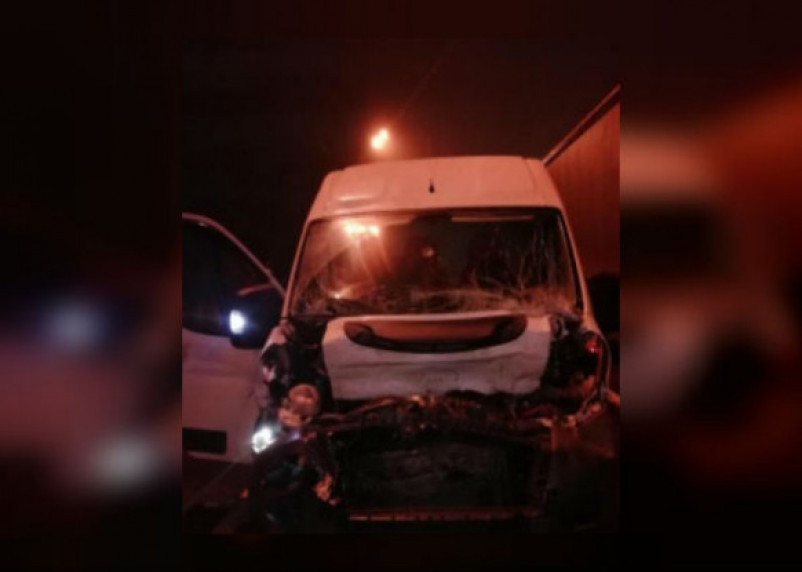 Водитель микроавтобуса попал в больницу после столкновения с «Газелью»