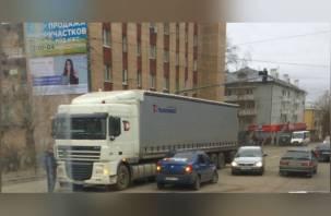 В Смоленске водитель такси влетел в фуру