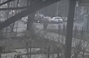 «Опрокинулся от удара». Момент жесткой аварии в Смоленске попал на видео