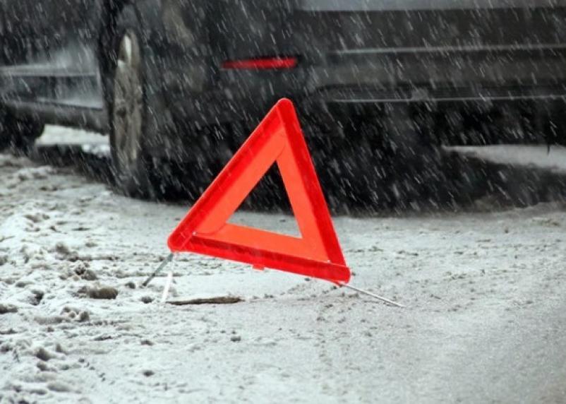 На кузбасской трассе смоленский грузовик протаранил легковушку: два человека погибли