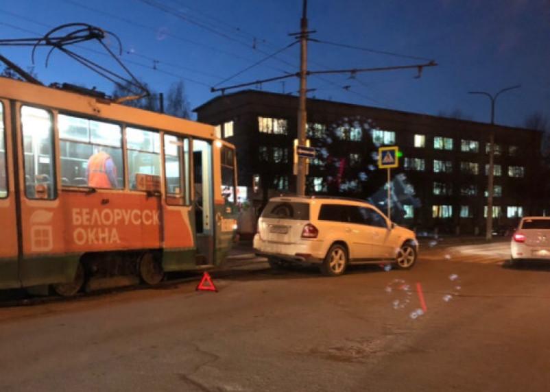 В Смоленске из-за ДТП с внедорожником стали трамваи