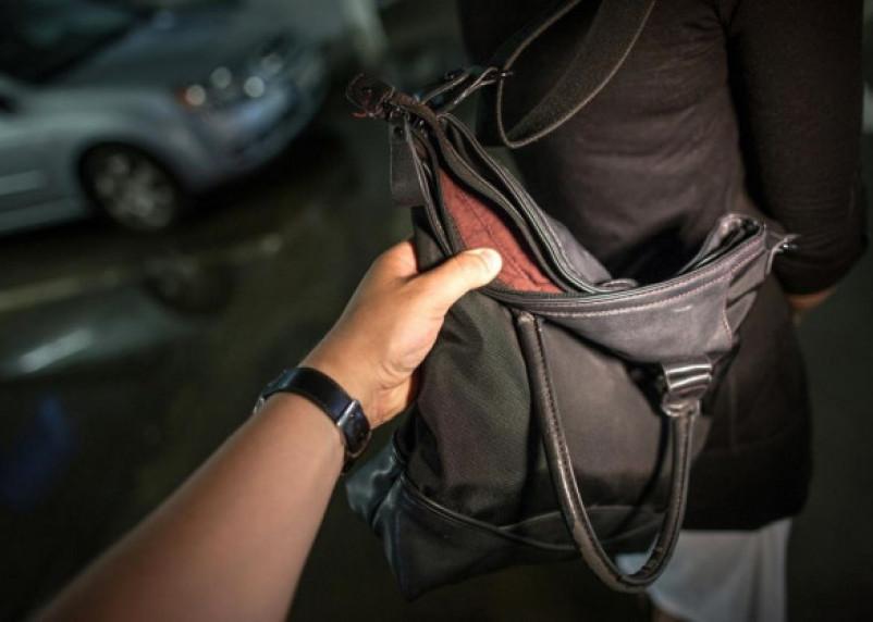 В Смоленске уличный грабитель избил женщину и забрал сумку
